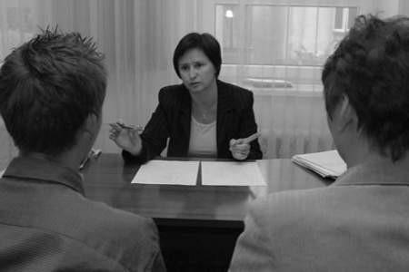 Psycholog Wiesława Bernadziuk w trakcie spotkania z młodym człowiekiem i jego matką.