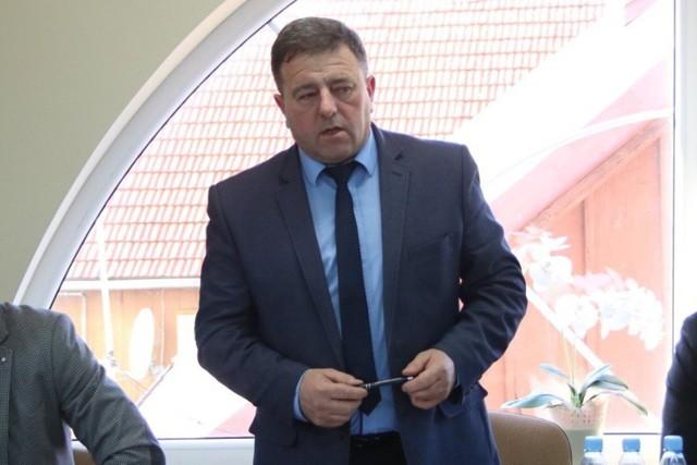 Andrzej Stachurski nie kryje, że stracił zaufanie do obydwojga podwładnych. Czeka na odpowiedz Rzecznika Dyscypliny Finansów Publicznych, któremu zgłosił wykryte naruszenie prawa. Ale jego opinia nie jest dla wójta wiążąca. - O przyszłości dyrektorów mogę zadecydować sam, w każdej chwili - podkreśla.