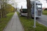 Kolizja na ulicy Kaszubskiej w Słupsku. Ściął dwie lampy i uderzył w drzewo [ZDJĘCIA]