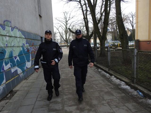 Z lewej posterunkowy Tomasz Jakimiuk, z prawej sierżant sztabowy Łukasz Burczyk