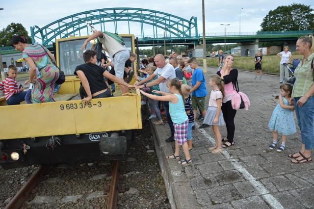 Z linii kolejowej 212 z Lipusza do Korzybia korzystają teraz tylko miłośnicy drezyn. Trasa z Bytowa w kierunku Korzybia jest malownicza. Zdjęcie zostało zrobione z VI Pikniku Kolejowo-Drezynowego jaki odbył się w Bytowie w 2019 roku
