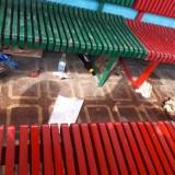 """Pleszew. Wandale zdemolowali pleszewski wagonik Zajezdni Kultury.  Porozrzucane butelki i puszki po piwie """"walają się"""" wszędzie"""