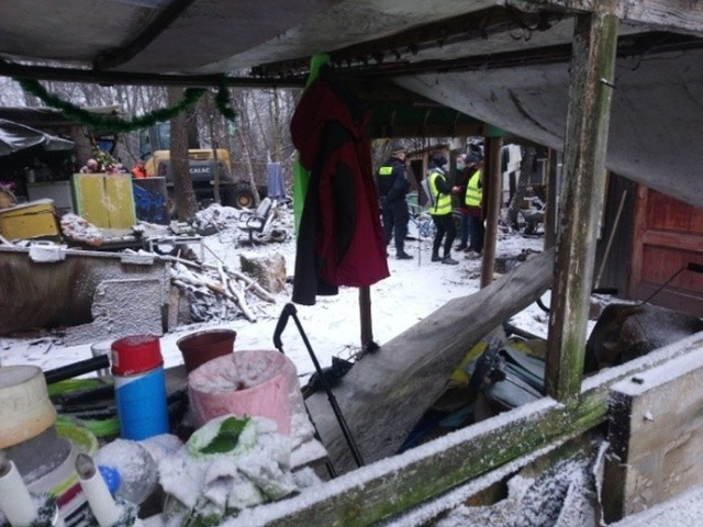 Koczowisko bezdomnych w parku Sołackim istniało ponad 20 lat. Zaczęło powstawać ok. 1996 roku. Na opuszczonym terenie przy ul. Litewskiej bezdomni stworzyli prowizoryczne osiedle domków. Powstały domy z kartonów, dykt czy szmat. Przejdź do kolejnego zdjęcia --->