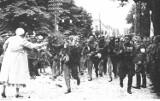 Dziś Kadrówka ponownie wkroczy do Kielc. Zobacz jak wyglądały marsze kilkadziesiąt lat temu