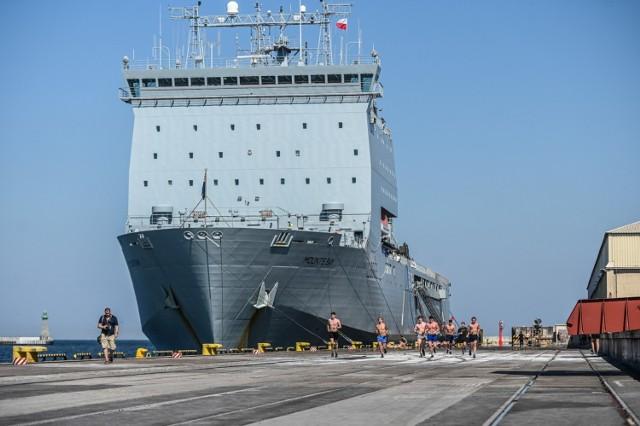 Brytyjski okręt desantowy RFA Mounts Bay przypłynął do Gdyni. Zobacz, jak wspaniale się prezentuje >>>