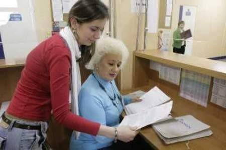 Stażystka Anna Michales i Krystyna Kosmala sprawdzają prawidłowość decyzji o przyznaniu zasiłku.
