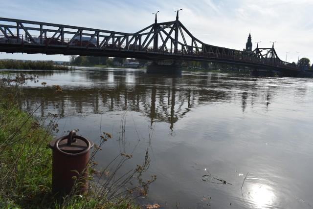 Odra w Krośnie Odrzańskim i Połęcku sięga coraz wyżej. Przekroczone zostały stany alarmowe.