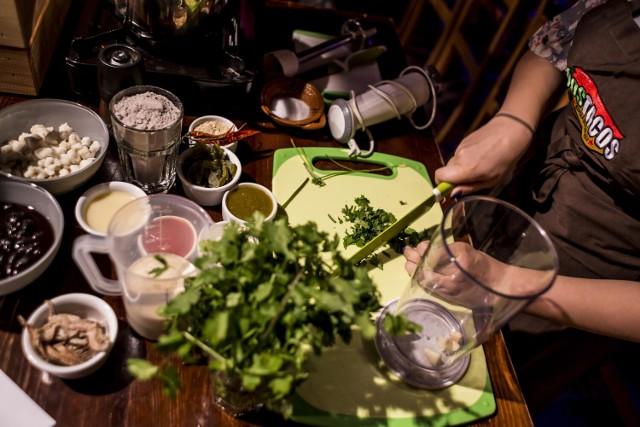 """Lokal znajduje się na ulicy Jasnej 22 w Śródmieściu. Restauracja działa od 2011 roku.  """"Wszystkie nasze dania przygotowywane są od podstaw, w tradycyjny sposób, przy użyciu oryginalnych składników. Tortille, wyrabiane specjalnie dla Dos Tacos, przygotowywane są domowym sposobem, z pełnego ziarna polskiej kukurydzy. Są również w 100% pozbawione glutenu"""" – zapewniają właściciele lokalu."""