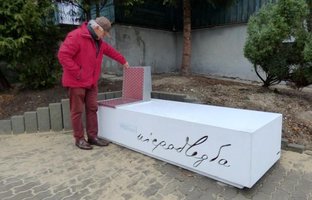 Ta Ławeczka Niepodległości stanęła w Busku-Zdroju przy alei Niepodległości, reprezentacyjnym deptaku w mieście.