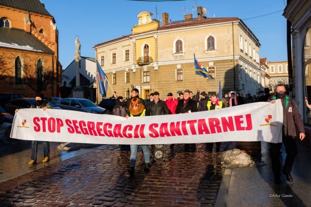 """Manifestujący przyszli na marsz, bo nie zgadzają się z rządowymi restrykcjami i jak mówią """"chcą walczyć o wolność"""""""
