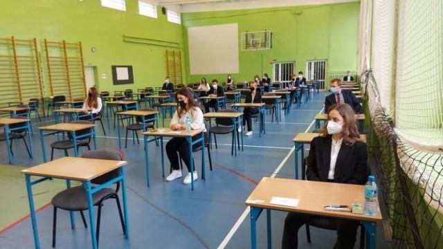 Zdjęcia z egzaminu z języka polskiego - poziom podstawowy - w I LO w Zielonej Górze