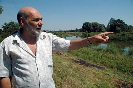 Radny ze Strumienia Krzysztof Wójtowicz pokazuje ujście Wisły do jeziora  czałkowickiego, gdzie kiedyś mieszkańcy przychodzili się kąpać. WOJCIECH TRZCIONKA