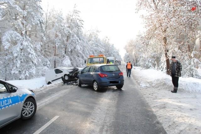 5 lutego 2019 roku. Tragiczny wypadek na DW 789 w Żarkach. Nie żyje kierowca opla
