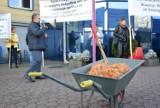 """Apartamentowiec w miejscu częstochowskiego """"Ryneczku""""? Kupcy protestują przed urzędem miasta"""