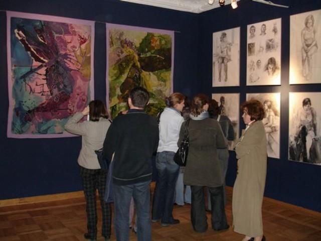Sala z wystawionymi pracami dyplomowymi tegorocznych absolwentów Liceum Sztuk Plastycznych w Supraślu (fot. Krystian Różycki)
