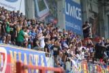 Głośny doping przy Okrzei na meczu Piast - Śląsk. Zobacz ZDJĘCIA KIBICÓW. Było ich prawie 4 tysiące
