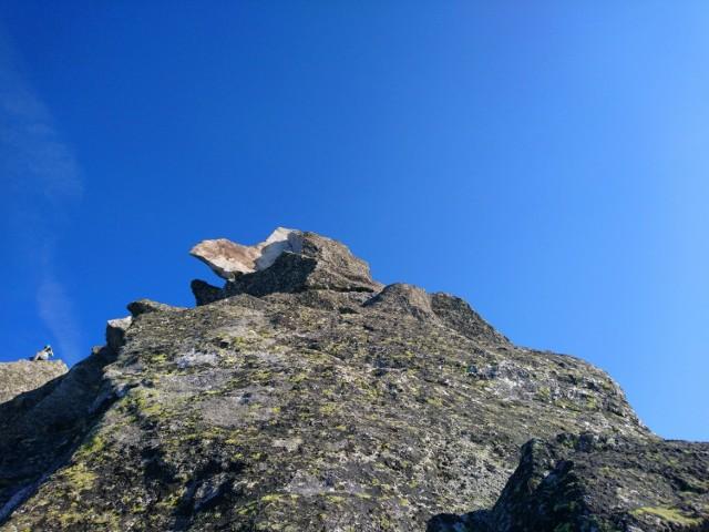Na szczycie widać miejsce, gdzie doszło do oderwania fragmentu skalnego