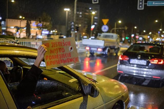 Piątkową (30 października) odsłoną Strajku Kobiet w Tarnowie był protest samochodowy