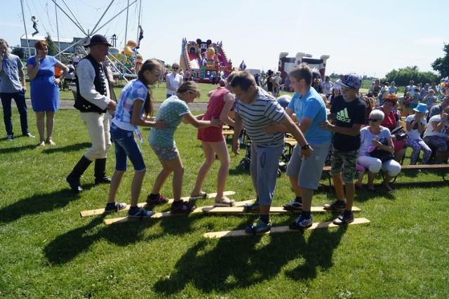 Piknik dla milusińskich, ale też dla dorosłych dzieci zorganizowano w Papowie Biskupim. Grały zespoły Kontakt ze Świecia i  góralski Ochodzita. Spodobał się spektakl teatru Wariate z Poznania i występy dziewcząt zespołu działającego przy Gminnym Ośrodku Kultury. Z ciekawością oglądano pokazy strażackie na boisku gimnazjum. Zainteresowaniem cieszyły się również konkursy dla młodszych i starszych prowadzone przez zespoły muzyczne i artystów teatralnych. Milusińscy mieli okazję korzystać z darmowego wesołego miasteczka oraz skosztować darmowych lodów i kiełbasek z grilla. Impreza organizowana przez wójta i GOK przyciągnęła wiele osób.