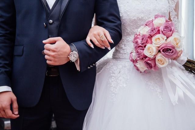 Wiele par bierze ślub już teraz i czeka z organizacją wesela na lepsze czasy.
