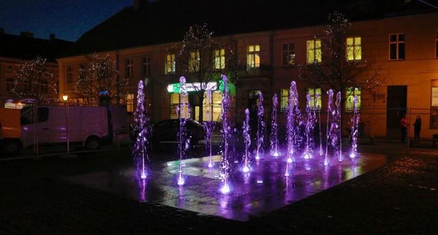 Nowa fontanna na międzyrzeckim Rynku przeszła pierwsze testy. Woda tryska, światła działają. Zobaczcie, jak to wyglądało i jak powstawał wodotrysk
