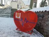Dwa metalowe serca na nakrętki pojawiły się w gminie Osiek w powiecie brodnickim. Mieszkańcy mogą wrzucać plastikowe nakrętki!