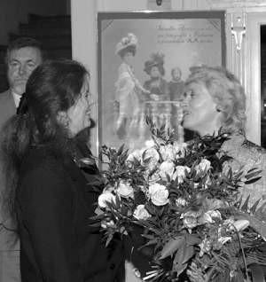 Anna Smogór (po prawej) przyjmuje kwiaty i życzenia od Zofii Szoty reprezentującej Muzeum Historii Katowic.