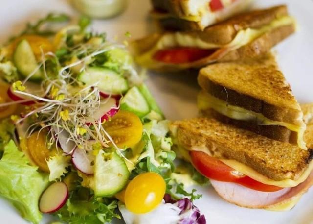 Obiad na mieście to oczywistość. A co powiecie na śniadanie w jednej z toruńskich restauracji? Coraz więcej lokali wprowadza do swojego menu ofertę śniadaniową. Sprawdziliśmy dla Was, co z rana serwują kawiarnie i restauracje w Toruniu i wybraliśmy najpyszniejsze propozycje.   WIĘCEJ NA KOLEJNYCH STRONACH>>>