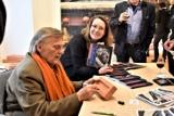 Zaskakujący wernisaż w Muzeum Ziemi Lubuskiej: zwiedzający zabierali na pamiątkę… cegłę z autografem artysty Tomka Kawiaka!