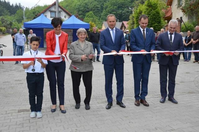 W otwarciu ulicy Leśnej w Złotym Stoku wziął udział m.in. wojewoda dolnośląski Paweł Hreniak
