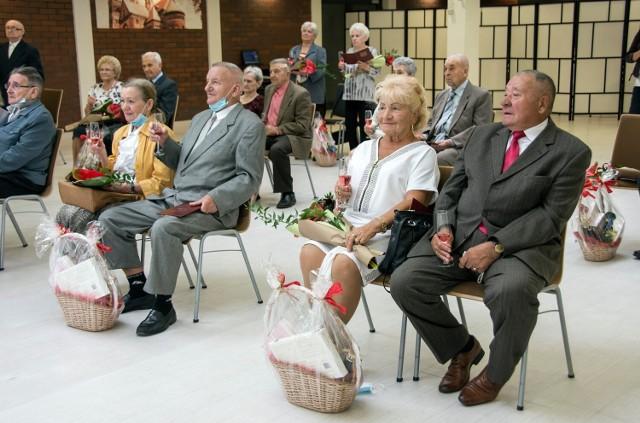 """Kolejne pary świętowały małżeński jubileusz w Bytomiu. Sakramentalne """"tak"""" powiedzieli sobie 60 i 65 lat temu. Zobacz zdjęcia >>>"""
