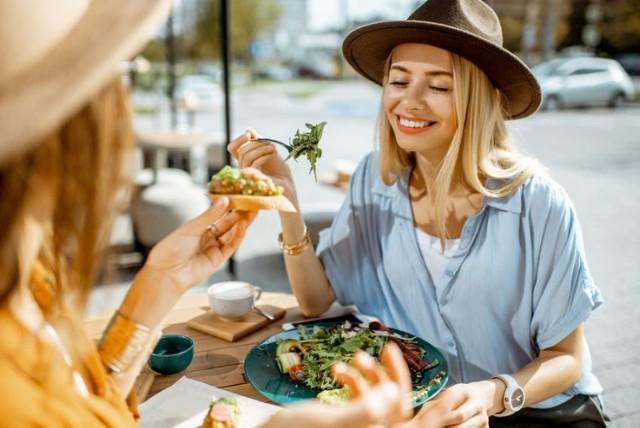 Skuś się na pyszne danie w restauracyjnym ogródku