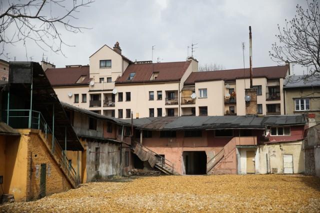 Kraków. Podgórze. Te domy mogłyby posłużyć jako plan do filmu historycznego. Póki stoją.