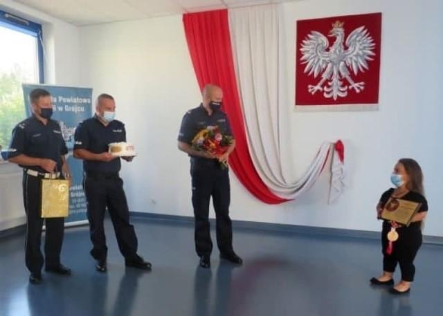 Justyna Kozdryk odebrała gratulacje od komendanta Wojciecha Bednarskiego i współpracowników z grójeckiej komendy policji.