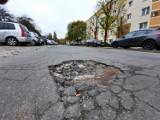 Najbardziej dziurawa ulica w mieście. Tutaj chodniki też wołają o pomstę do nieba. Ta ulica to po prostu... dramat