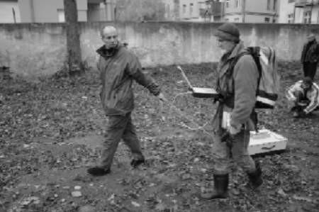 Krzysztof Szwagrzyk (z lewej) z IPN pomoże ustalić, czyje kości odnaleziono w pobliżu MDK w Bolesławcu.  zdjęcia: Bernard Łętowski