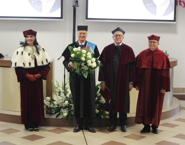 Profesor Michał Kleiber odebrał w Akademii WSB tytuł doktora honoris causa  Zobacz kolejne zdjęcia/plansze. Przesuwaj zdjęcia w prawo - naciśnij strzałkę lub przycisk NASTĘPNE