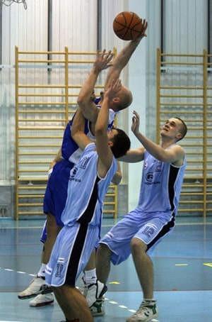 Koszykarze Alby (jaśniejsze stroje) zakończyli już rozgrywki. Ale sezon na sprawy sądowe i postępowania w prokuraturze szybko się nie skończy. Tomasz Jodłowski