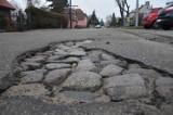 Drogi w Malborku po zimie. Czytelnicy wskazali największe dziury. Drogowcy już próbują zmieniać ten księżycowy krajobraz