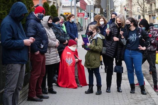 """W sobotę pod poznańskim szpitalem położniczym przy ul. Polnej zbierano podpisy pod projektem ustawy """"Legalna Aborcja Bez Kompromisów"""". Przejdź do kolejnego zdjęcia --->"""