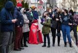 Zwolennicy kontra przeciwnicy aborcji w Poznaniu. Spotkali się przed szpitalem. Jedni odmawiali różaniec, drudzy zbierali podpisy