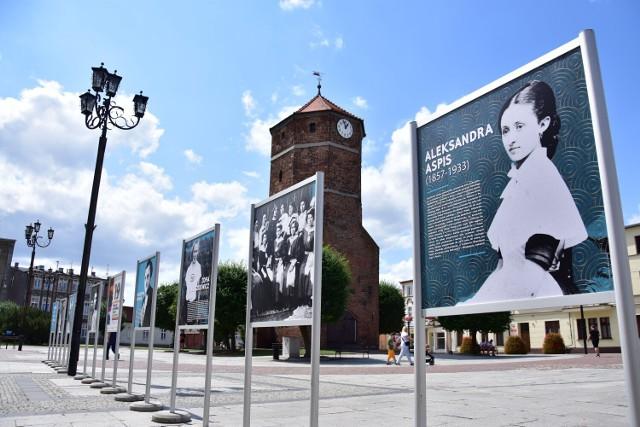 """Wystawa """"One budowały Niepodległą. (Nie)zwykłe kobiety z terenu dzisiejszego województwa kujawsko-pomorskiego"""" na żnińskim rynku."""