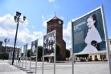 """Żnin. Wystawa """"One budowały Niepodległą"""" na rynku. Portrety niezwykłych kobiet z dzisiejszego województwa kujawsko - pomorskiego [zdjęcia]"""