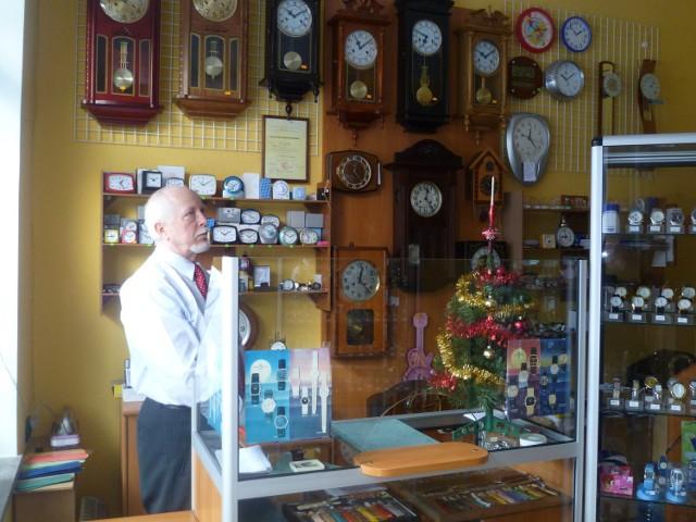 Pan Jan uwielbia naprawiać zegary