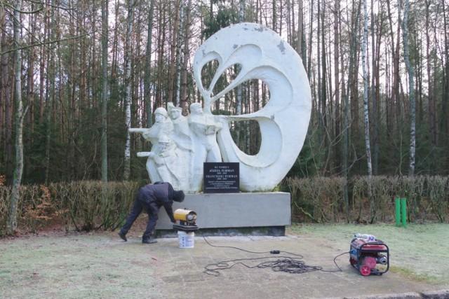 Pomnik pod Sokołowem (gm. Lubasz) w Puszczy Noteckiej poświęcony polskim i radzieckim skoczkom spadochronowym zostanie zlikwidowany? (zdjęcie z 31grudnia 2020 roku z momentu zbijania napisów).