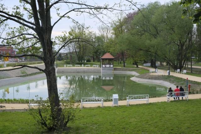 Rewitalizacja parku przy alei Jana Pawła II w Żarach dobiega końca. Mieszkańcy już u spacerują.