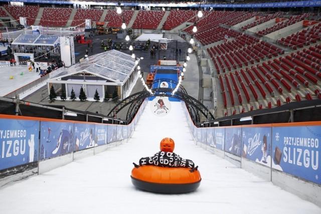 """PGE Narodowy ponownie zamienił się w największe zimowe miasteczko w Polsce. Powróciły lodowiska, górka lodowa i curling. Na najmłodszych czekają """"Poranki dla dzieci"""", czyli nauka na łyżwach w formie zabawy, z kolei na starszych imprezy """"Disco lodowisko"""" z najlepszymi DJ-ami. Podczas ubiegłorocznej edycji, udział w wydarzeniu wzięło ponad 550 tys. osób.   Zimowy Narodowy trwa od 30 listopada 2019 do 8 marca 2020 roku. Godziny otwarcia i cennik na stronie: zimowy narodowy"""