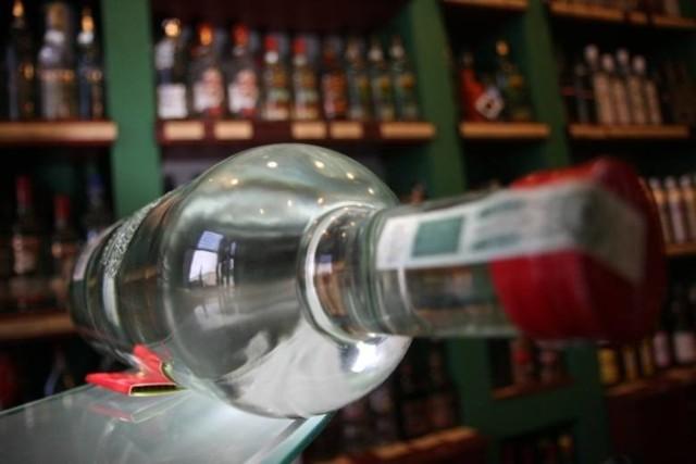 Płeć nie ma znaczenia   Lekarze zwracają uwagę nafakt, że alkohol piją zarówno chłopcy, jak i dziewczynki. 14-16-latki najczęściej po procenty sięgają po rozstaniu z chłopakiem. Zdarza się, że piją, aby zaszantażować rodziców i coś na nich wymusić.  Tak było w przypadku dziewczynki, która wypiła wódkę i połknęła tabletki. Pogotowie zabrało ją ze szkoły, a efekt - jak mówią lekarze - był taki, że w szkole nauczyciele bali się ją odpytywać, aby znowu sobie czegoś nie zrobiła. Rodzice również przestali od niej wymagać.   Ratownik łódzkiego pogotowia uważa, że dziewczynki pod wpływem alkoholu częściej są agresywne, biją się między sobą. Albo wypiją tyle, że są w stanie upojenia alkoholowego.   - Jeszcze jakiś czas temu w czasie weekendu zawsze byliśmy wyzwani do podłódzkiej dyskoteki - wspomina. - Zawsze wzywano nas do upojonych alkoholem nastolatek albo do poobijanych po starciu z równie pijaną koleżanką.  Czytaj więcej na następnej stronie