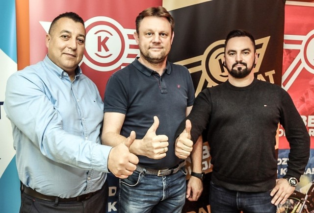Obecny sezon jest dla Piotra Mikołajczaka (w środku) pierwszym w roli menadżera OK Bedmet Kolejarza Opole.