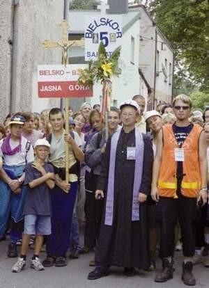 W kapitańskiej czapce prowadził na Jasną Górę pielgrzymkę bielsko-żywiecką ks. Józef Walusiak. Fot. VIOLETTA GRADEK